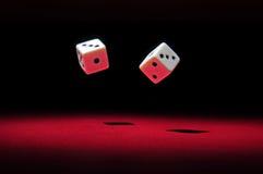 Glücksspiel: das Werfen würfelt lizenzfreie stockbilder