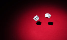 Glücksspiel: das Werfen würfelt lizenzfreie stockfotos