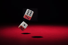 Glücksspiel: das Werfen würfelt stockbilder