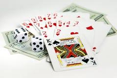 Glücksspiel mit Spielkarten und zwei würfelt Stockfotografie