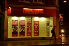 Glücksspielunternehmen Ladbokes-Shop Lizenzfreie Stockfotos