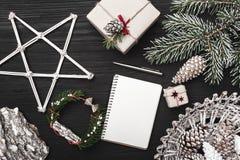 Glückwünsche auf Winterurlauben, ein Tannenbaum mit Kegel, künstlerisch verzierte dekorative Gegenstände lizenzfreies stockbild