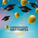 Glückwunsch-Absolvent 2019, Kappen, Ballone und Konfettis auf einem Hintergrund des blauen Himmels Kappen oben geworfen Einladung stock abbildung