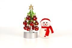 Glühen innerhalb vom Schneemann und vom Weihnachtsbaum Stockfoto