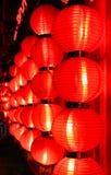 Glühen von roten chinesischen Laternen nachts Peking, China stockbilder