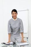 Glühende asiatische Geschäftsfrau an einer Darstellung Lizenzfreie Stockbilder