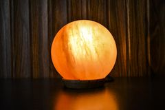 Glühende Ball-Salz-Lampe   Himalajasalz stockfoto