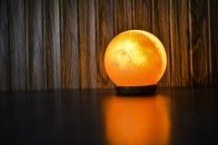 Glühende Ball-Salz-Lampe   Himalajasalz stockfotos