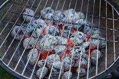 Glühende brennende Holzkohle, die für das Grillen, Grillgrill sich vorbereitet stockbild