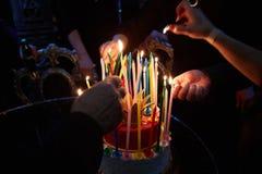 Glühende erstaunliche Geburtstags-Kerzen Alles Gute zum Geburtstag Lizenzfreie Stockfotos