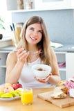 Glühende Frau, die Getreide mit Himbeeren isst Stockfoto