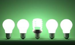 Glühende gewundene Glühlampe in der Reihe des Wolframs eine auf Grün stock abbildung