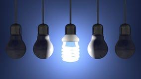 Glühende gewundene Glühlampe unter totem Wolfram eine, die am Blau hängen lizenzfreie abbildung