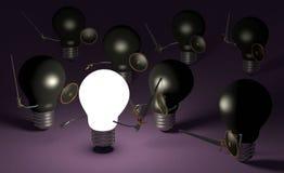 Glühende Glühlampe, die gegen viele schwarzen auf Veilchen kämpft Lizenzfreie Stockfotografie