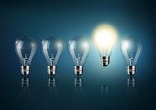Glühende Glühlampe gehört zu vielen abgestellten Glühlampen auf dunkelblauem Hintergrund, Konzeptidee, transparenter Vektor Stockfotografie