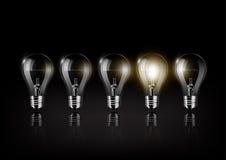 Glühende Glühlampe gehört zu vielen abgestellten Glühlampen auf schwarzem Hintergrund, Konzeptidee, transparenter Vektor Stockbilder