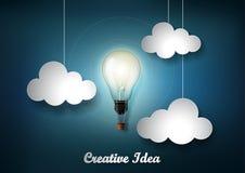Glühende Glühlampe gehört zu vieler Wolke auf dunkelblauem Hintergrund mit Origamipapier-Schnittart, Darstellung des kreativen bu Lizenzfreies Stockbild