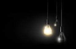 Glühende Glühlampe hängt zwischen vielen abgestellten Glühlampen auf Hintergrund des dunklen Schwarzen, copyspace, transparenter  Lizenzfreie Stockfotografie
