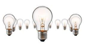 Glühende Glühlampen lokalisiert auf weißem Hintergrund Stockbild