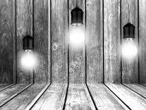 Glühende Glühlampen mit hölzerner Wand Geometrische Verzierung auf einem alten Papier Lizenzfreie Stockfotos