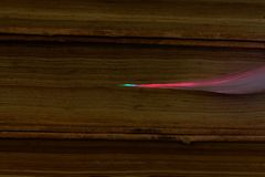 Glühende Glasfaserkabel angeschlossen mit alten Büchern Lizenzfreie Stockbilder