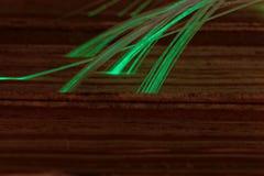Glühende Glasfaserkabel angeschlossen mit alten Büchern Stockfotos