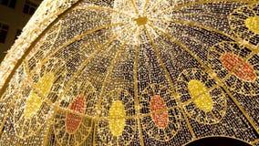 Glühende Haube auf dem im Freien clip Viele Glühlampen, die als Girlande dekorativ im Festival auf dunklem nächtlichem Himmel hän stock footage