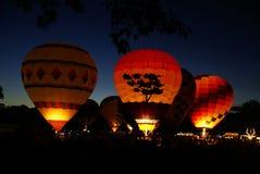 Glühende Heißluft-Ballone stockfoto