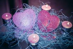 Glühende Herzen und Kerzen Stockfoto