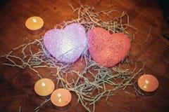 Glühende Herzen und Kerzen Stockfotografie