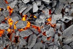 Glühende Holzkohle für bbq-, Grauen und Rotenhintergrund Stockfotos