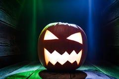 Glühende Kürbise für Halloween auf hölzernem Schreibtisch Stockfoto