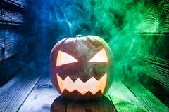 Glühende Kürbise für Halloween mit Rauche Stockbild