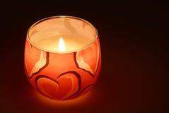 Glühende Kerze in der Dunkelheit Stockfotos