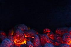 Glühende Kohle auf einem Grill lizenzfreie stockfotografie