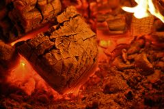 Glühende Kohlen in einem hölzernen Ofen Lizenzfreie Stockbilder