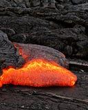 Glühende Lava taucht von einer Spalte der Erde auf lizenzfreie stockfotos