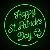 Glühende Leuchtreklame - glücklichen St Patrick Tagesbeschriftung mit Shamrock Stockfotografie