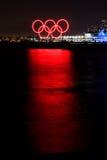Glühende olympische Ringe des Rotes reflektierten sich im Hafen Stockfoto