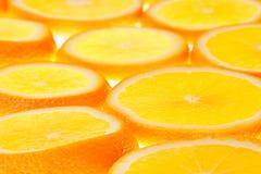 Glühende orange Scheiben auf einem weißen Hintergrund Muster Lizenzfreies Stockfoto