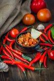 Glühende Paprikapfeffer mit der rohen Salsa tauchen - heiß und geschmackvoll ein stockfotos