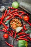 Glühende Paprikapfeffer mit der rohen Salsa tauchen - heiß und geschmackvoll ein stockbild