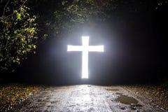 Glühende Querreligion im dunklen Freezelight Lizenzfreies Stockfoto
