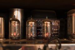 Glühende Rohre eines Röhrenverstärkers, der ein warmes Licht schafft Stockfotos
