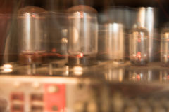 Glühende Rohre eines Röhrenverstärkers, der ein warmes Licht schafft Lizenzfreie Stockfotografie