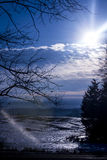 Glühende Sonne über einem Feld des Eises Lizenzfreie Stockbilder
