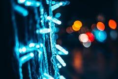 Glühende Stadtlichter und -dekorationen stockfotos
