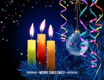 Glühende Weihnachts-Kerzen mit geschmolzenem Wachs, Weihnachtsbaum, Serpentin, Glaskugel auf Nacht-bokeh Hintergrund Stockbild