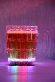 Glühender bunter Becher mit Bier Lizenzfreie Stockfotografie