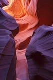 Glühender bunter Untertageflur Stockbilder
